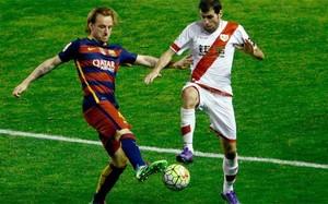 Ivan Rakitic y Roberto Trashorras disputan el balón en el Rayo-Barça
