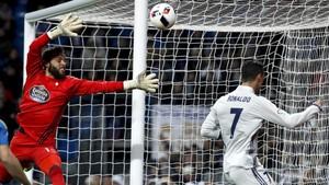 Cristiano Ronaldo intenta superar a Sergio en la primera mitad