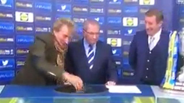 Así se comportó Rod Stewart durante el sorteo de la Copa escocesa
