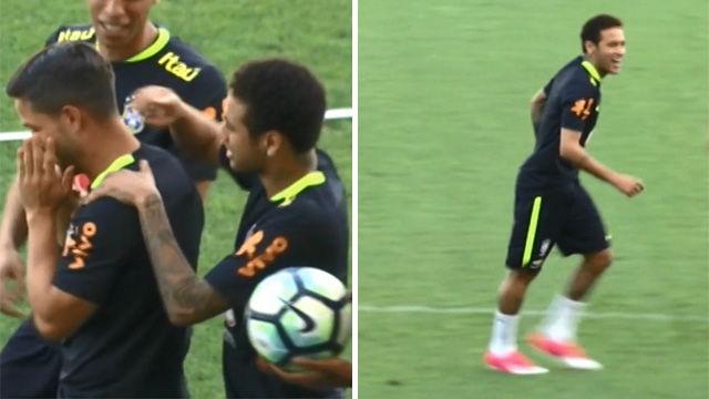 Las travesuras de Neymar en el entrenamiento de Brasil