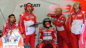 Lorenzo, rodeado de su equipo en el box de Ducati