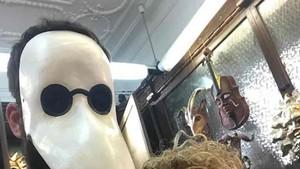Piqué se esconde detrás de esta máscara