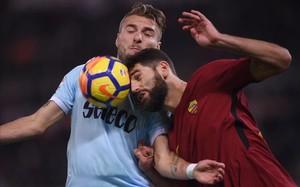 Immobile y Fazio luchan por un balón en el derbi