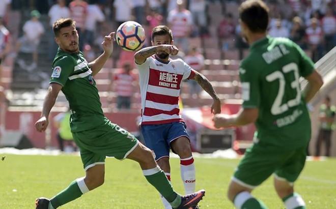 Javi M�rquez intenta un pase ante dos jugadores del Legan�s