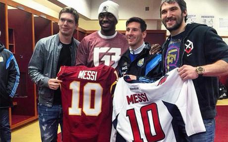 Leo Messi, con sus anfitriones y sus obsequios