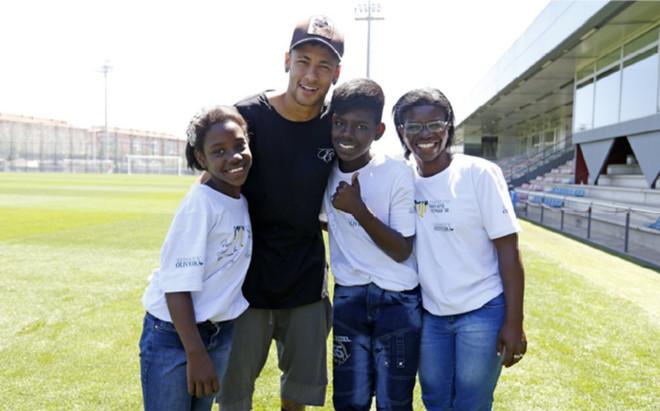 Neymar, junto a los peque�os