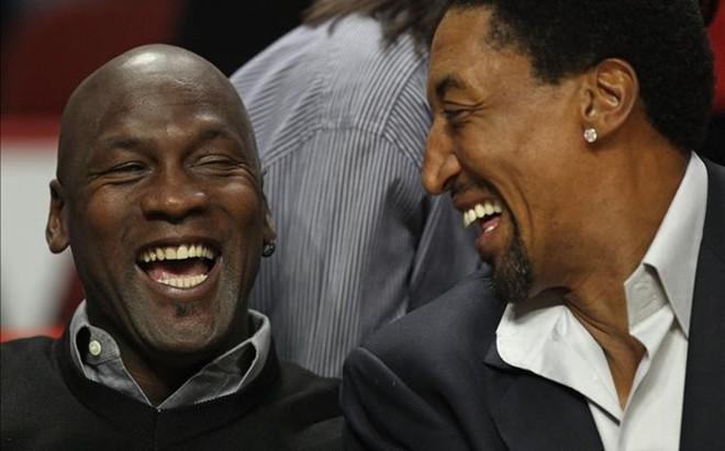 Pippen y Jordan disfrutando de un partido de baloncesto