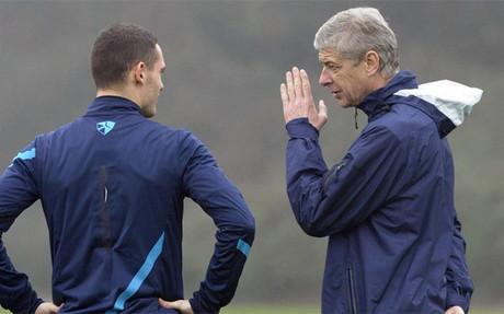 Tohmas Vermaelen (de espaldas), con Ars�ne Wenger durante su etapa como jugador del Arsenal