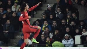 Cavani marcó los dos goles del PSG en Nantes