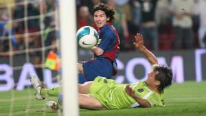 Momento histórico. Messi empuja el balón al fondo del marco del Getafe en un partido de Copa (5-2) en el Camp Nou