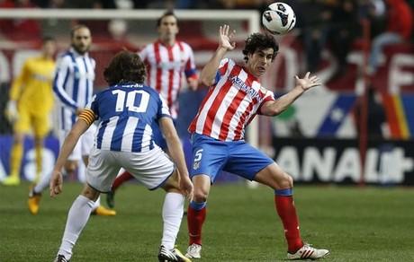 Tiago y Verdú disputan el balón durante el Atlético-Espanyol
