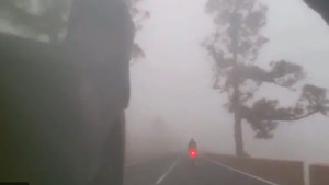 Impresionante descenso bajo la niebla de Alberto Contador