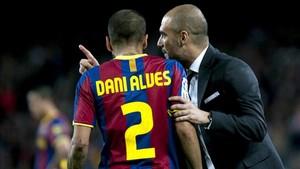 Guardiola da instrucciones a Alves durante un partido con el FC Barcelona