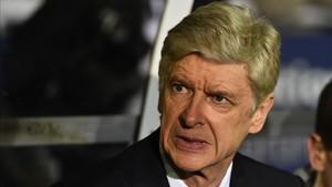 Wenger agota su periplo en la Premier