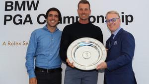 Stenson recibe el premio, entre Javier Ballesteros y Keith Pelley