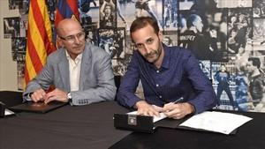 Sito Alonso en el momento de la firma del acuerdo junto al directivo Joan Bladé