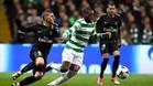 Ntcham, del Celtic, entre Verratti y Alves en el partido contra el PSG