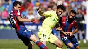Jorge Molina pelea un balón con Postigo y Morales