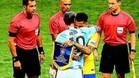 El emotivo abrazo de Messi y Alves