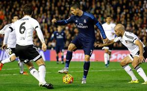 Cristiano Ronaldo se quedó sin marcar en Mestalla. El Barça sigue a dos puntos del Real Madrid y tiene un partido menos