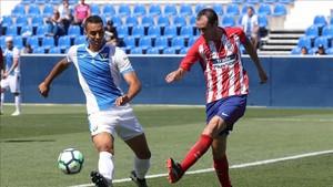 Godin disputa un balón al jugador del Leganés Leonardo