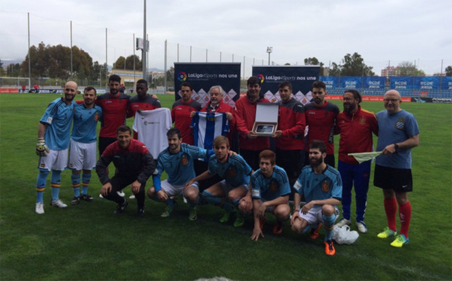 �lvaro y sus compa�eros, en el partidillo solidario con componentes de la Fundaci�n Espa�ola de Deportes para Sordos