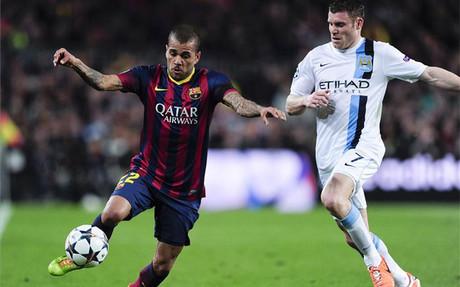 Alves y James Milner, en un partido de la Champions de hace dos temporadas