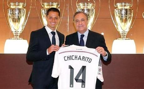 Florentino posa con el Chicharito, su �ltimo fichaje