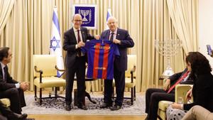 Jordi Cardoner entregó una camiseta del Barça al presidente de Isarel Reuven Rivlin