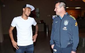 Neymar, con Dunga en una concentración de Brasil