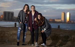Olga García, Alexia Putellas y Jenni Hermoso, con Barcelona al fondo