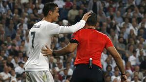 Cristiano Ronaldo, bromeando con un colegiado