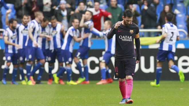 Los jugadores del Depor, detrás de Messi, celebran un gol
