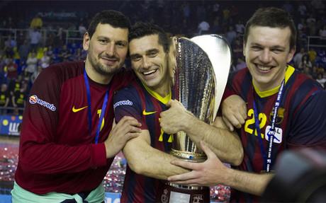 Los jugadores del Barça festejaron el título en la pista y en el vestuario