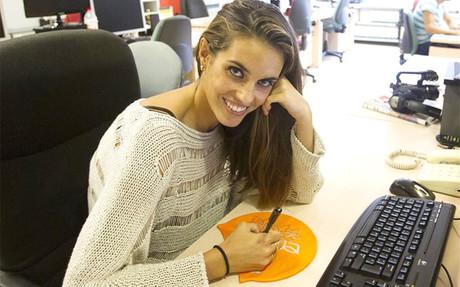 Ona Carbonell firm� el gorro en la redacci�n de SPORT