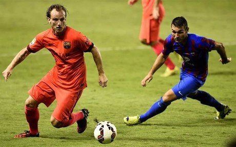Rakitic, intentando superar al delantero David Barral