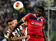 Samuel Umtiti en un partido con el Olympique de Lyon. El equipo galo pide 32 millones por dejarlo salir