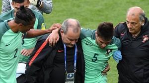 Raphael Guerreiro abandonando el terreno de juego en el Rusia-Portugal