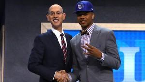 Markelle Fultz junto a Adam Silver, comisionado de la NBA
