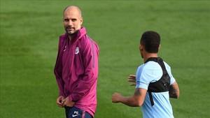 Guardiola conversa con Gabriel Jesus durante el entrenamiento de este lunes