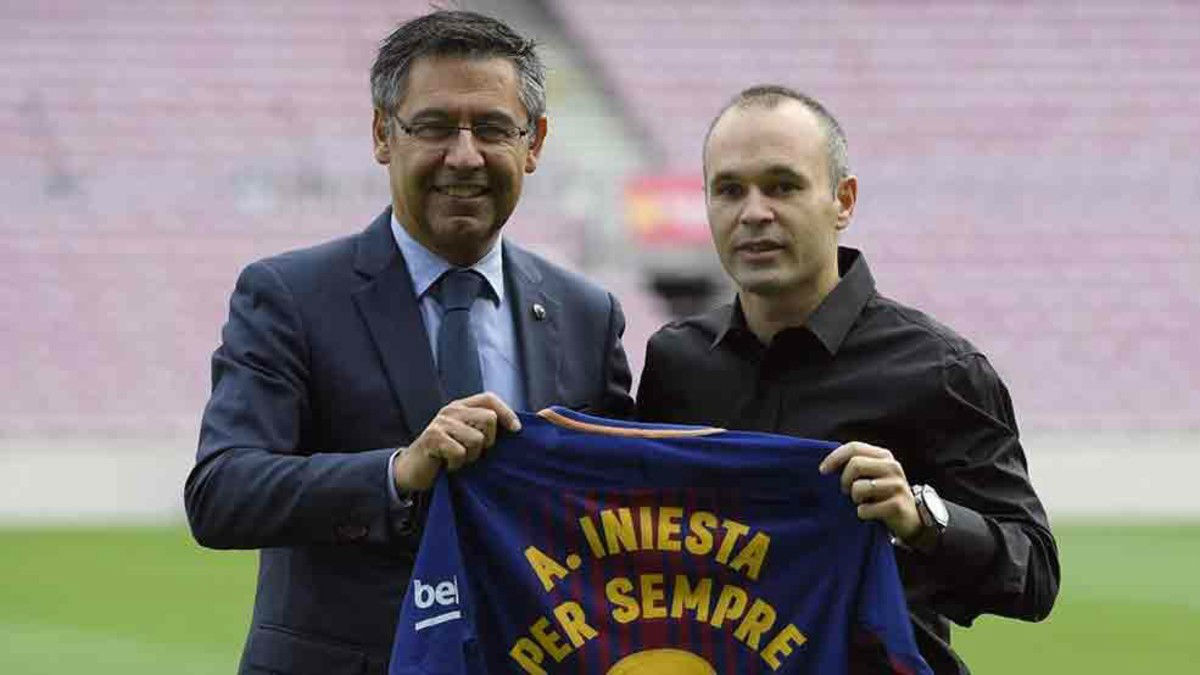 Iniesta renueva de por vida en el Barça