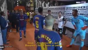 Gayá le preguntó a Busquets por el gol anulado