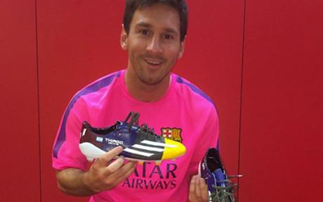 Leo Messi mostrando sus nuevas botas