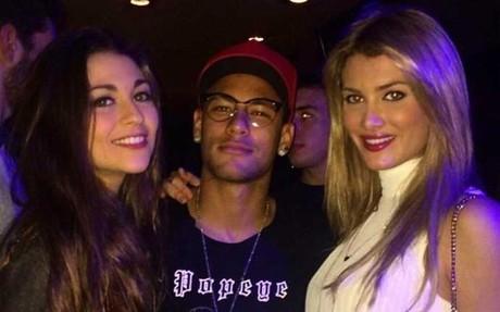 Neymar Junior junto a Mireia Lalaguna (derecha)