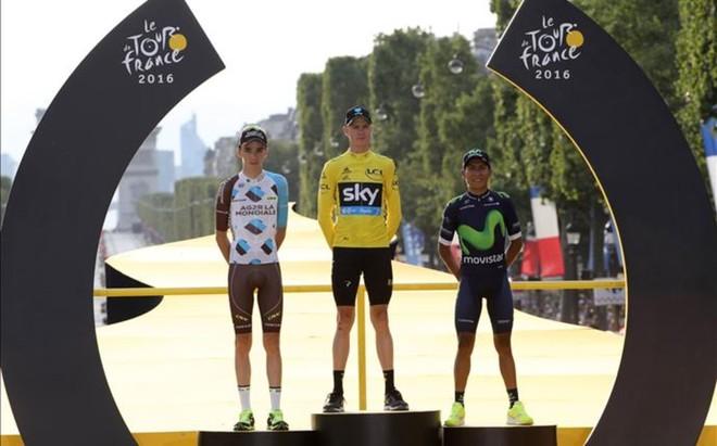 El podio de los Campos El�seos con Froome, Romain Bardet y Nairo Quintana