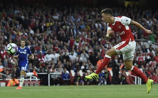�zil marc� el tercer gol del Arsenal al culminar un contraataque