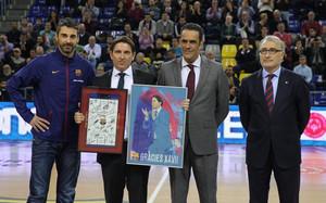 Pascual recibió dos obsequios de manos de Juan Carlos Navarro
