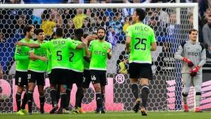 Casillas contempla la celebración de los jugadores del Río Ave tras su error