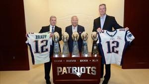 El FBI posa con las prendas recuperadas de Tom Brady