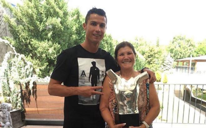 Cristiano Ronaldo, con su madre
